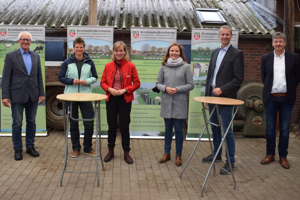 Wie geht es weiter mit der Landwirtschaft? Darüber diskutierten die Bundestagskandidatinnen Sina Beckmann (2.v.l.), Siemtje Möller (3.v.l.), Anne Janssen (3.v.r) und der Kandidat Hendrik Theemann (2.v.r.) mit Hartmut Seetzen (Vorsitzender Kreislandvolkverband, links) sowie Manfred Ostendorf (Geschäftsführer Kreislandvolkverband, rechts).